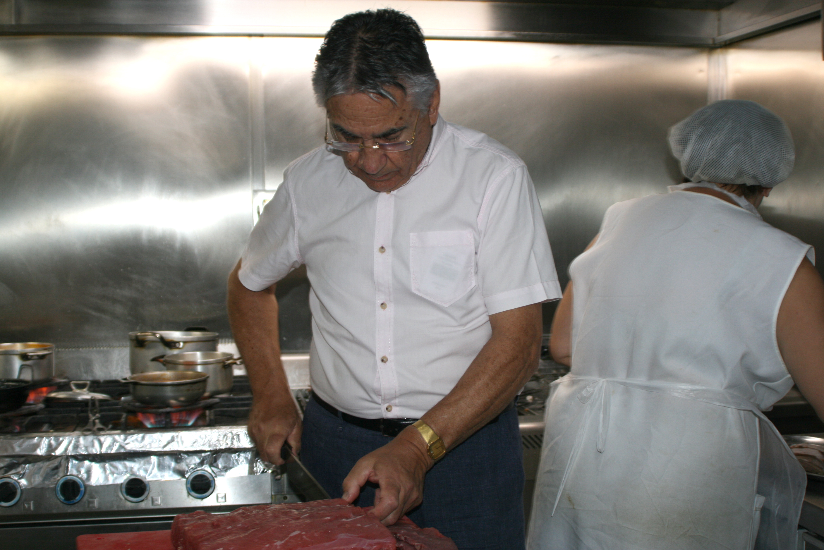 Restaurant Marisqueira Carvi in Portimao - kitchen: Carlos, the boss himself preparing the meat