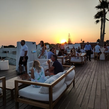 Die besten Rooftop-Bars an der Algarve: Sky Bar in Carvoeiro / Portugal