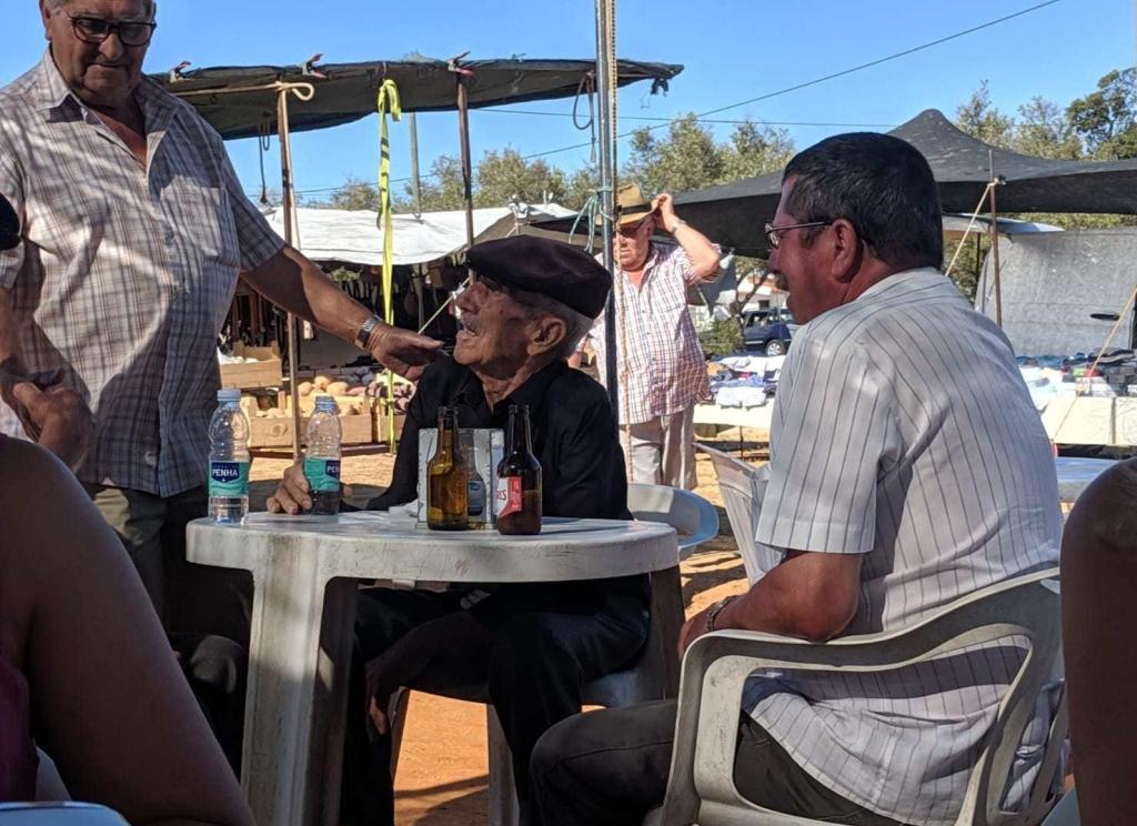 Alte Herren auf dem Markt von Guia / Algarve