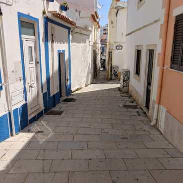Gasse in Armacao de Pera / Algarve / Portugal