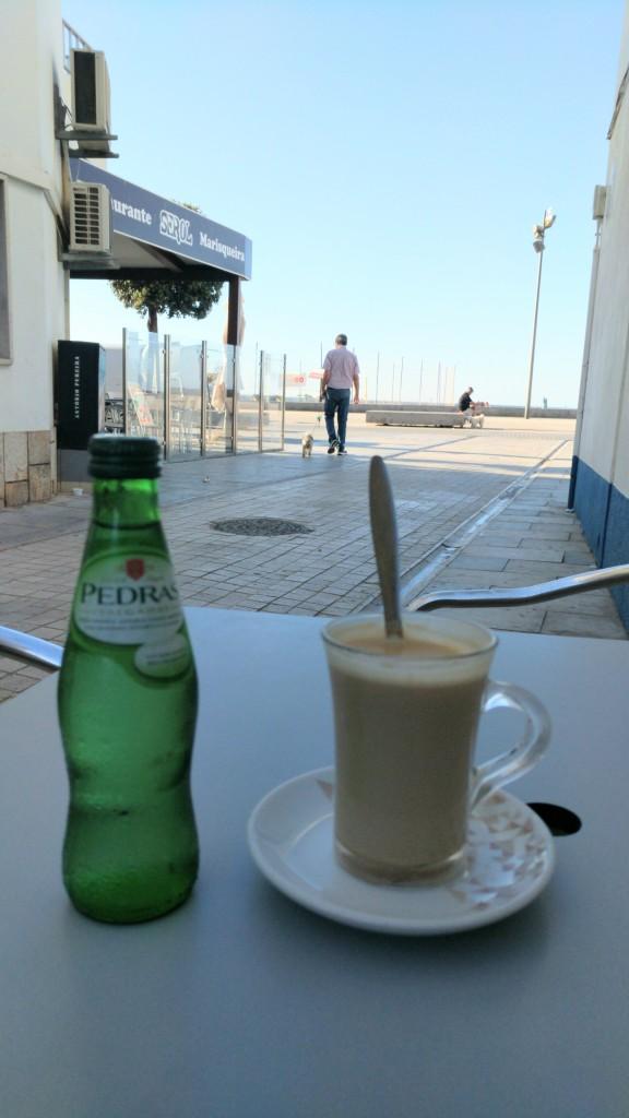 Galao und Wasser im kleinen Café